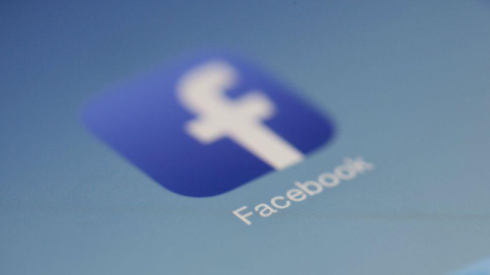 """Facebook nxjerr """"dhëmbët""""/Bllokon mijëra llogari duke përfshirë edhe shqiptarët"""