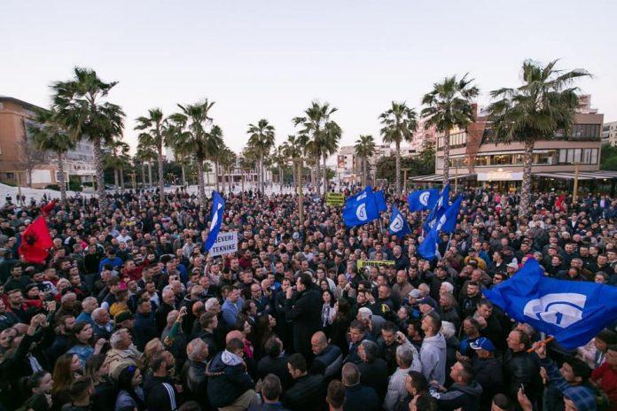 Qytetet po ngrihen në revoltë kundër regjimit, thirrja e Bashës nga Durrës
