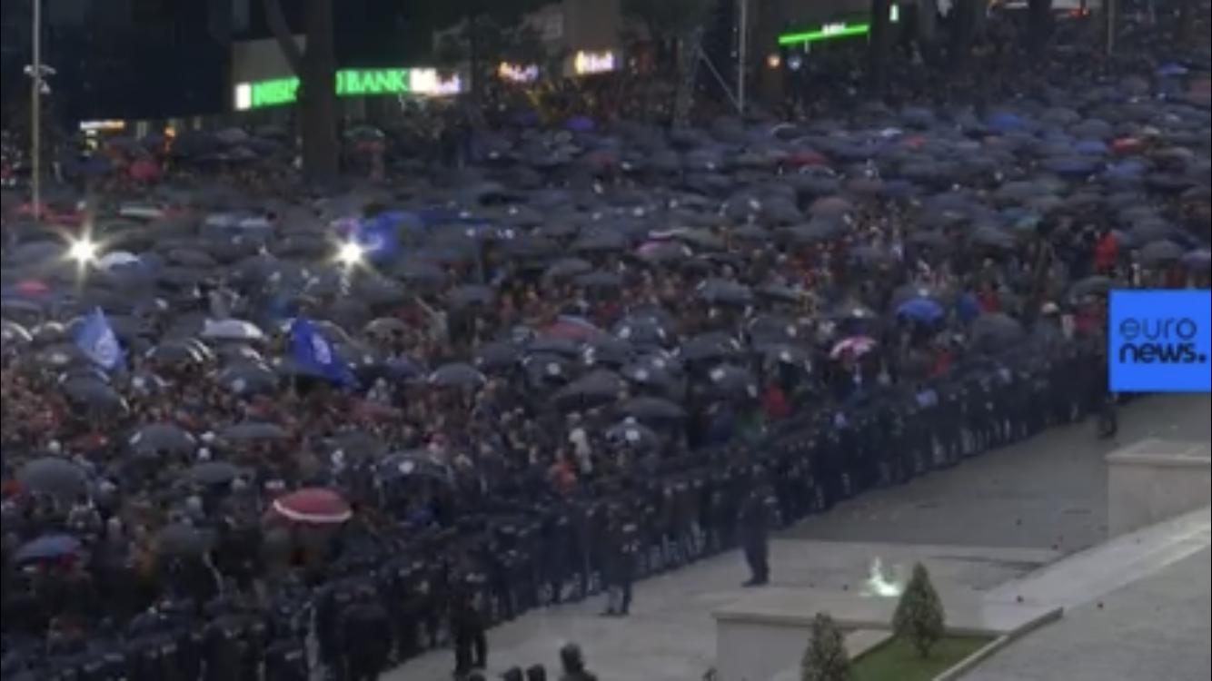 Protesta e opozitës jehonë në mediat e huaja: Mijëra mbështetës në shesh për dorëheqjen e qeverisë