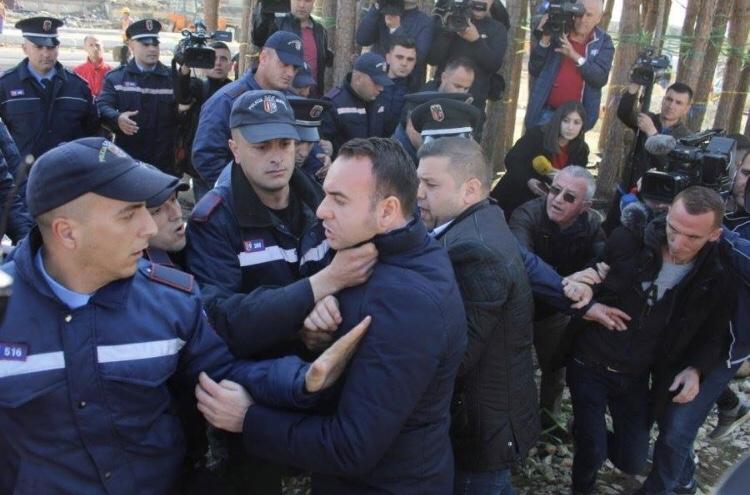 Pushteti guxon të godasë me grushta ish-deputetët e opozitës