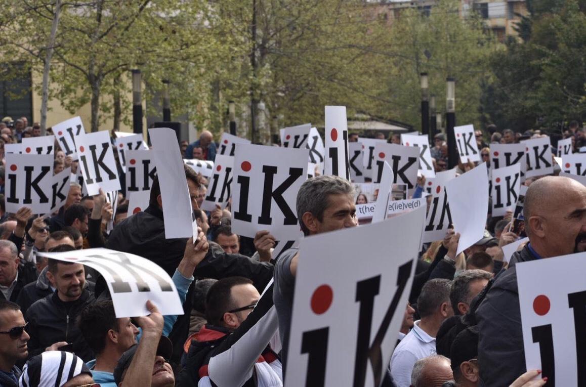 Mijëra protestues rrethojnë Kuvendin: Rama ik!