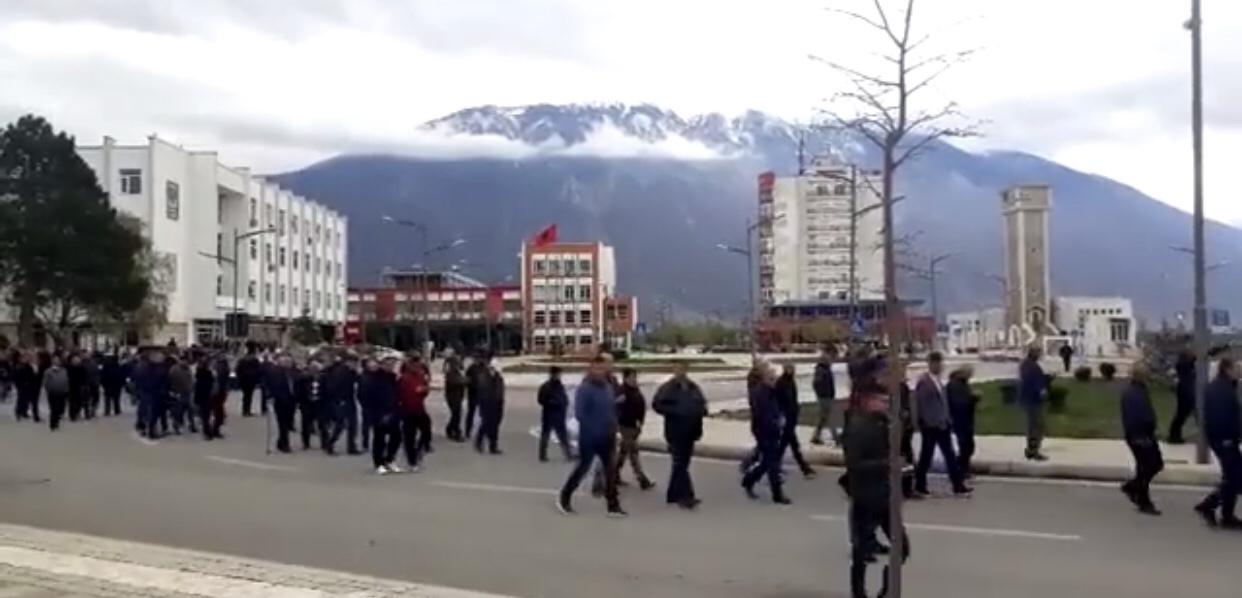 Policia përplaset ashpër me qytetarët e Kukësit