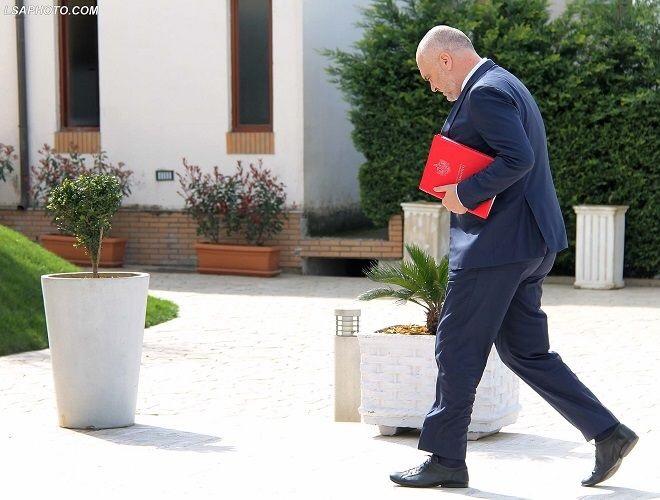 Rama ia mbath nga konferenca pasi pyetet për kërcënimin që u bëri shqiptarëve me vizat!
