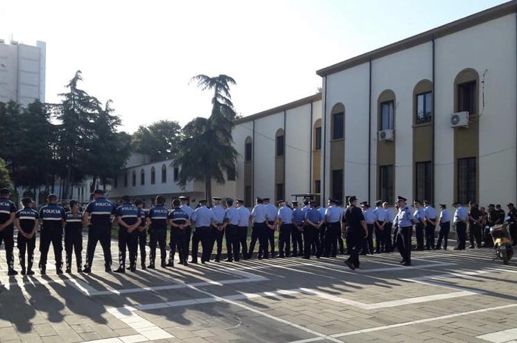 Policia rrethon Teatrin Kombëtar, nis bastisja e plotë e godinës